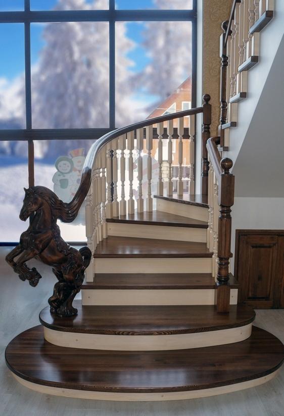 Лестница с конём